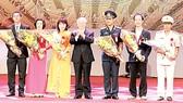 Tổng Bí thư Nguyễn Phú Trọng tặng hoa, chúc mừng các điển hình tiên tiến toàn quốc