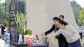 Chủ tịch Quốc hội Nguyễn Thị Kim Ngân và Chủ tịch Quốc hội nước Cộng hòa DCND Lào Pany Yathotou đã đến dâng hương tại Khu Di tích lịch sử Trung đoàn 52 Tây Tiến. Ảnh: TTXVN