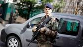 Một binh sỹ Pháp đứng gần hiện trường, nơi 6 binh sỹ bị chiếc xe đâm ở ngoại ô Levallois-Perret phía tây Paris ngày 9-8. Ảnh nguồn: AP