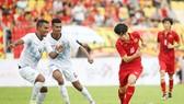 HLV Hữu Thắng chỉ đạo các học trò không phô trương toàn bộ năng lực trước Đông Timor. Ảnh: Nhật Anh