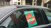Một taxi truyền thống ở Đan Mạch treo biển phản đối Uber. Ảnh: EUOBSERVER