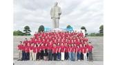 Đoàn công nhân lao động tiêu biểu TPHCM dâng hoa tại Quảng trường Hồ Chí Minh. Ảnh: THÁI PHƯƠNG