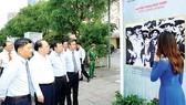 Phó Bí thư Thường trực Thành ủy TPHCM Tất Thành Cang cùng các đại biểu tham dự triển lãm