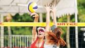 VĐV bóng chuyền bãi biển luôn chịu thua thiệt so với đồng nghiệp bóng chuyền trong nhà. Ảnh: HÀ HƯNG