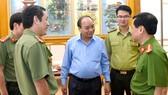 Thủ tướng trao đổi về công tác bảo vệ rừng với đại diện lực lượng kiểm lâm, công an. Ảnh: VGP