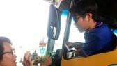 Nhiều tài xế dừng xe tại trạm phản ứng với nhân viên thu phí. Ảnh: NGUYỄN VĂN