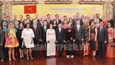 Lãnh đạo TPHCM cùng đại biểu đến từ các cơ quan đại diện nước ngoài tại TPHCM chụp hình lưu niệm. Ảnh: hcmcpv