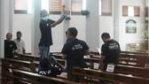 Cảnh sát tại hiện trường vụ tấn công nhà thờ St Lidwina ở TP Yogyakarta trên đảo Java, Indonesia, ngày 11-2-2918. Ảnh: AP