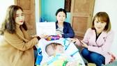 Trao tiền giúp cháu Nguyễn Hoàng Hữu Phước
