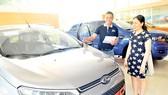 Khách chọn mua ô tô tại một cửa hàng ở TPHCM. Ảnh: CAO THĂNG