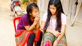 """Em Phàng Thị A (phải) ở thôn Phú Vinh bị """"cò"""" lao động dụ dỗ đưa đi làm việc ở TPHCM"""