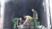 Lực lượng chức năng tiến hành kiểm tra.