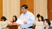 Bộ trưởng Bộ Kế hoạch Đầu tư Nguyễn Chí Dũng trình bày tờ trình của Chính phủ. Ảnh: TTXVN