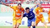 SHB Đà Nẵng (áo cam) trong trận đấu với Bình Dương.
