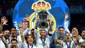 Các cầu thủ Real Madrid nâng cao chiếc cúp vô địch