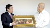 Chủ tịch UBND TPHCM Nguyễn Thành Phong trao quà tặng Phó Chủ tịch Hội đồng Bộ trưởng Cuba Ricardo Cabrisas Ruiz