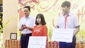Thầy Đỗ Hiếu Lễ và học sinh của Trường THCS Vĩnh Lộc A