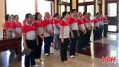 Đoàn cán bộ công đoàn và kỹ sư công nhân TP tại khu lưu niệm Bác Tôn. Ảnh: VOH