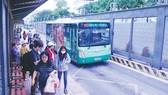 Hành khách chờ xe buýt trên đường Hàm Nghi, quận 1, TPHCM. Ảnh: THÀNH TRÍ