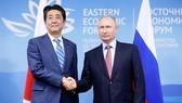 Tổng thống Nga Vladimir Putin và Thủ tướng Nhật Bản Shinzo Abe tại Diễn đàn Kinh tế Phương Đông (EEF). Ảnh: Reuters.