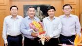 Lãnh đạo Ban Nội chính Thành ủy TPHCM tặng hoa phóng viên Đỗ Trà Giang. Ảnh: VIỆT DŨNG