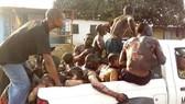 Các nạn nhân trong vụ va chạm xe bồn chở dầu được đưa tới một bệnh viện để điều trị ở tỉnh Kongo Central, Congo ngày 6-10-2018. Ảnh: Sputnik/TTXVN