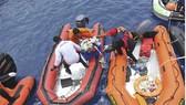 Lực lượng tìm kiếm cứu hộ chuyển các đồ vật, tư trang của nạn nhân vụ tai nạn máy bay Lion Air JT 610. Ảnh: THX/TTXVN