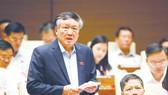 Chánh án Tòa án nhân dân tối cao Nguyễn Hòa Bình trả lời chất vấn của đại biểu Quốc hội. Ảnh:  TTXVN