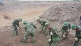Lực lượng Công binh Bộ Tư lệnh TPHCM tham gia tìm kiếm hài cốt liệt sĩ. Ảnh: Hoài Nam