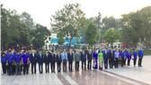 Lãnh đạo Thành phố Hà Nội dâng hoa tưởng niệm tại Tượng đài V.I.Lenin. Ảnh: TTXVN