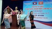 Tiết mục văn nghệ tại buổi lễ kỷ niệm 43 năm Quốc khánh Lào. Ảnh: VOH