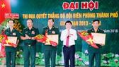 Chủ tịch UBND TPHCM Nguyễn Thành Phong tặng hoa và Bằng khen cho các tập thể, cá nhân có thành tích xuất sắc