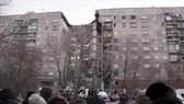 Lực lượng cứu hộ Nga tìm kiếm người mất tích trong đống đổ nát của tòa nhà bị sập sau vụ nổ nghi là khí ga tại thành phố Magnitogorsk, miền Nam nước Nga ngày 31-12. Ảnh: EPA/TTXVN