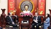 Đồng chí Nguyễn Thiện Nhân - Bí thư Thành ủy TPHCM tiếp ông Hùng Ba, tân Đại sứ Trung Quốc tại Việt Nam. Ảnh: TTXVN