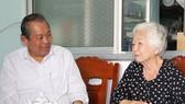 Phó Thủ tướng Thường trực Trương Hòa Bình đến thăm bà Lê Thị Hạnh - vợ nhà văn liệt sĩ Lê Vĩnh Hòa