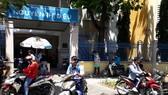 Một số học sinh THPT sử dụng xe máy đi học, không đội nón bảo hiểm