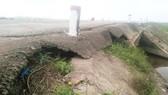 Kè móng hai bên đường tránh lũ Quảng Trị bị vỡ và hở hàm ếch, gây nguy hiểm cho người tham gia giao thông