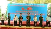 Các đại biểu lãnh đạo Quân khu 7 và UBND tỉnh Tây Ninh thực hiện nghi thức khởi công xây dựng cụm dân cư. Ảnh: Báo Quân khu 7