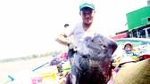 Ngư dân Quảng Ngãi phấn khởi vì trúng cá lớn. Ảnh: NGUYỄN TRANG