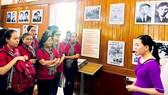 Đồng chí Thân Thị Thư và thành viên trong đoàn nghe giới thiệu về sự nghiệp cách mạng của đồng chí Nguyễn Thị Minh Khai