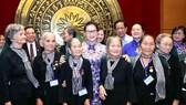 Chủ tịch Quốc hội Nguyễn Thị Kim Ngân với đoàn đại biểu Đội quân tóc dài tỉnh Bến Tre. Ảnh: TTXVN