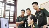 Thượng tá Nguyễn Văn Hùng (thứ 2 từ trái sang) và các cán bộ Phòng Khoa học Quân sự Bộ Tham mưu Quân khu 7 kiểm tra các sáng kiến đăng ký dự thi