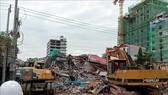 Lực lượng cứu hộ tìm kiếm các nạn nhân và khắc phục hậu quả vụ sập tòa nhà 7 tầng ở Campuchia.