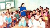 Sinh viên tình nguyện ĐH Kiến trúc TPHCM trong chiến dịch Mùa hè xanh tháng 8-2000 tại Gia Lai. Ảnh: HOÀI NAM
