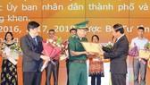 Phó Trưởng ban Tuyên giáo Trung ương Nguyễn Thanh Long và Bí thư Thành ủy Hải Phòng Lê Văn Thành trao Bằng khen cho các tập thể có thành tích xuất sắc. Ảnh: TTXVN