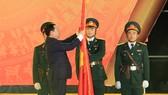 Phó Thủ tướng Chính phủ Vương Đình Huệ trao Huân chương Lao động hạng Nhì. Ảnh: Báo Hà Tĩnh