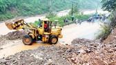 Đường Hồ Chí Minh nhánh tây đoạn qua huyện Đakrông, tỉnh Quảng Trị bị sạt lở gây ách tắc giao thông. Ảnh: NGUYỄN HOÀNG