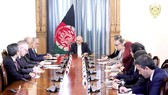 Tổng thống Afghanistan Ashraf Ghani (giữa) trong cuộc gặp với Đặc phái viên Mỹ phụ trách vấn đề Afghanistan Zalmay Khalilzad