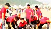 Các bạn trẻ hăng hái tham gia chiến dịch làm sạch biển