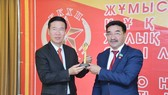 Đồng chí Akhmetbekov Zhambyl, Bí thư Trung ương Đảng Cộng sản Nhân dân Kazakhstan tặng quà lưu niệm đồng chí Võ Văn Thưởng. Ảnh: TTXVN